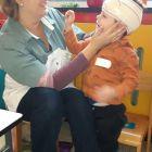 Een verpleegster op bezoek in de klas